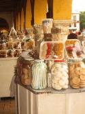 Cartagena de Indias 2016 Süsswarenverkauf unter einer Arkade in der Altstadt von Cartagena de Indias, Kolumbien 2016