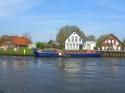Das koennten wir uns auch gut vorstellen: ein Wohnschiff irgendwo am Fluss