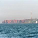 Der beruehmt-beruechtigte rote Felsen in der Nordsee
