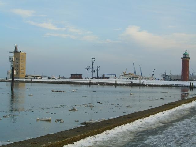 Ein ungewohnter Anblick - Eisschollen im Yachthafen von Cux