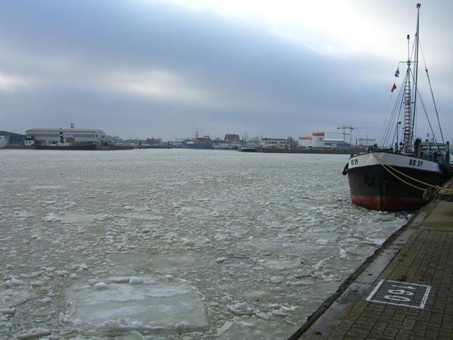 Im Fischereihafen ist alles im Eis erstarrt
