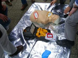 Demonstration des Defibrillator (AED) - ueberraschend einfach in der Handhabung