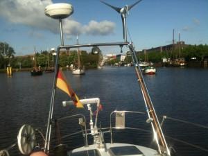 Oldenburg achteraus - im Konvoi geht es durch die Eisenbahnbrücke