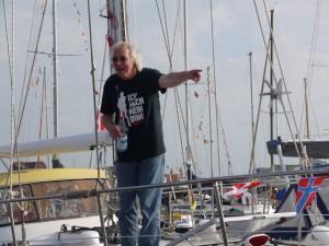 Er macht sein Ding - mein Skipper traegt sein neues T-Shirt, mein Taufgeschenk fuer ihn