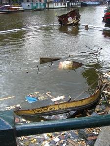 Ontploffing - das traurige Ende eines Wohnschiffes mitten in Amsterdam