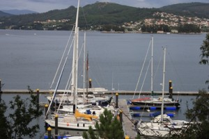 Unser Liegeplatz fuer die naechsten 14 Tage -ganz hinten der alles ueberragende Mast einer 60-Fuss Yacht