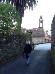 """Teil der alten Stadtmauer und die """"Igrexa de Santiago do Dean"""""""