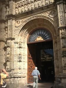 Imposanter Hostel-Eingang am Platz vor der Cathedrale