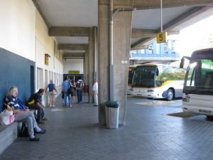 Warten auf die Abfahrt - der Busbahnhof in Pontevedra ist zwar nicht wirklich anheimelnd, aber zumindest schattig