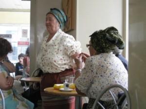 In einer Panaderia - Einheimische Frauen halten hier ihren Kaffeklatsch ab, tanzen, lachen und erzaehlen. Die Kittelschuerze und der Turban auf dem Kopf gehoeren dazu.