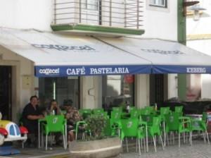 Ladies in black - meist einzeln auf Plastikstuehlen vor Haeusern in engen Gassen anzutreffen, hier aber als Gruppe im Café