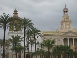 Plätze wie diesen gibt es in Cadiz viele - kleine und grosse