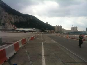 Und kurze Zeit später dann die im 2. Anlauf gelungene Landung auf der einzigen Flugbahn,die von einer vierspurigen Strasse gequert wird