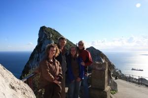 Links das Mittelmeer - rechts die Strasse von Gibraltar und mittendrin Katja, Markus, Werner & Elke - mit dem Himmel um die Wette strahlend