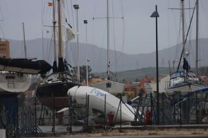 Vorsegel in Fetzen, anderes Schiff komplett umgefallen....Sturmschaeden