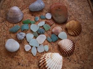Stein, Glasscherben oder zu Stein mutierte Glasscherben? Meine Ausbeute vom 01. Januar Strandspaziergang wird heute begutachtet