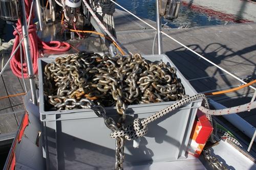 100 Meter Kette, der Meter a 2,5 KG - erstaunlich, dass unser Schiff die Nase so tapfer ueber Wasser haelt!
