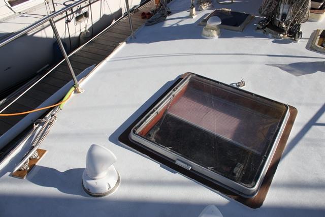 Das frisch gemalerte Vorschiff mit teilweise neu angebauten Klampen ist teilweise auch schon wieder vom Kreppband befreit
