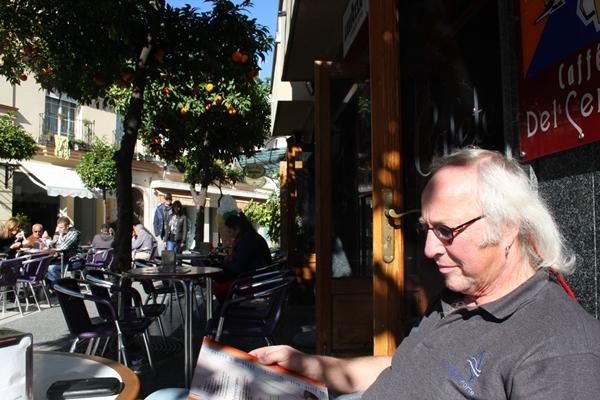 Wir geniessen die Sonne und die Temperaturen im Cafe -lieber ein Kaffee oder doch einen Eisbecher?