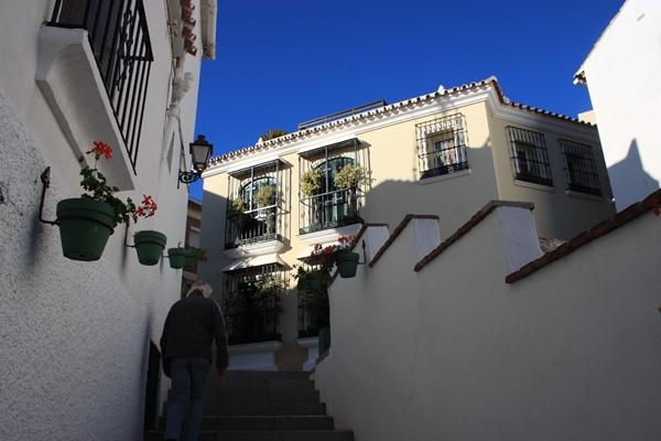 Treppe zur Altstadt von Estepona - schön verziert mit einem Kieselsteinmosaik
