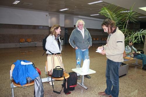 """3/4 der Reisegruppe wartet im Faehrterminal auf das """"Boarding"""""""