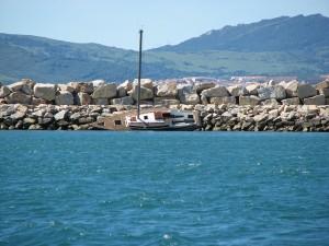Gestrandet - seit unserer Ankunft im November 2012 liegt dieses arme Schiff schon auf dem Wellenbrecher vor der Marina
