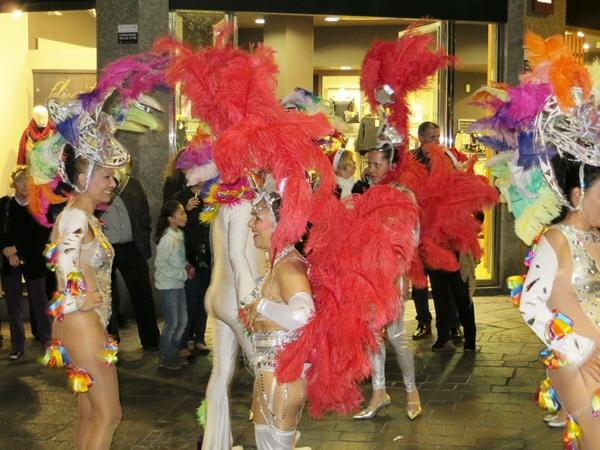 Die Karnevalsgruppen nehmen Aufstellung fuer den Mini-Umzug anlaesslich des Spendenmarathons von Santa Cruz
