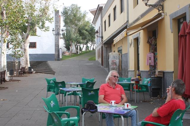 Die Herren warten geduldig bei einem Cafe Americano auf die wanderlustigen Damen