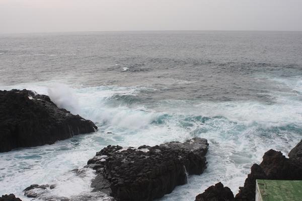 Bewegtes Wasser an der Nordkueste bei El Pris