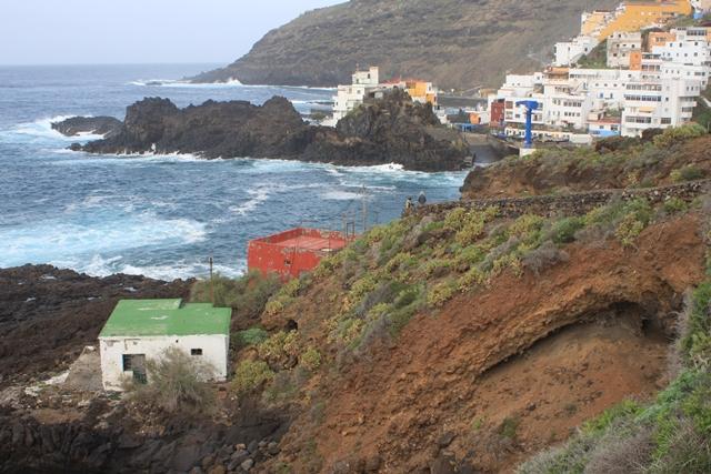 Blick auf El Pris und einige sehr exponiert errichtete, zwischenzeitlich leer stehende Haeuser in der Bucht