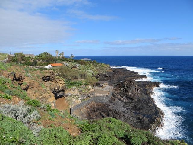 Ein letzter Blick zurueck auf die Nachbarn und die felsige Kueste von Puerto Baja