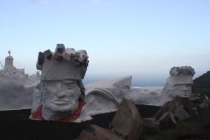 Skulptur unterhalb von Valverde, an der Strasse zum Flughafen - wir sind alle irgendwie Koenige!