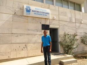Der Hafenkapitaen von Palmeira vor seinem moderen Office