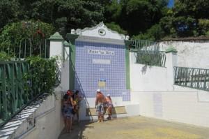 Die Fonte Bica - eine Quelle mit wirklich gutem Wasser. Frei für jeden zugänglich. Klar, dass sich die Segler hier alle versorgen!