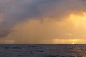 Sonnenuntergang mit Regenfront