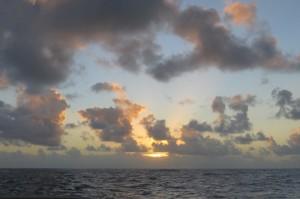 ....im Osten sich die Sonne langsam hinter den Wolken hochschiebt
