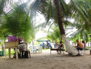 Mobiler Grillimbiss unter Palmen am Strand von Cabedelo
