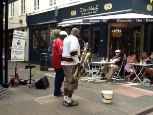 St. Peter Port - von den umliegenden Restaurants und Geschaeften gesponserte Strassenmusiker
