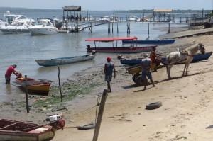 mit dem Pferdekarren wurde ein Metallgitter zum Strand gebracht und auf eines der Faehrboote verladen. Damit geht es dann ueber den Fluss
