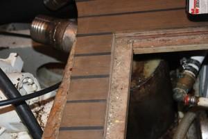 Massarbeit - unser Kuehlwasser-Sammeltopf sitzt genau zwischen zwei Bodenluken