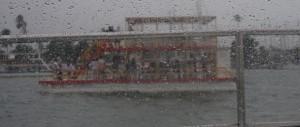 die Ausflugsboote lassen sich auch von Dauerregen nicht abhalten. Und die Partygaeste haben trotzdem Spass