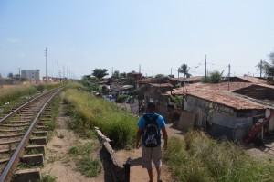 Wir nehmen den direkten Weg nach Poco - und der führt uns grad durch eine Favela