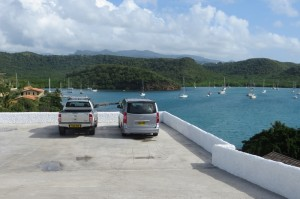 Auf Grenada haben selbst die Parkplätze für PKW einen tollen Blick auf die Bucht