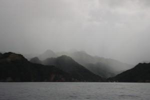 Grau und nebel verhangen nimmt St. Vincent von uns Abschied