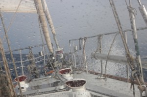 Wellengang mit Salzgeschmack - das Deck wird heute ordentlich gespült