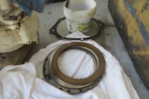 Gebrochen, diese Ringe sitzen irgendwo am Getriebe, muessen ersetzt werden
