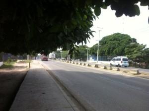 Auf dem Weg zum Bankomat. So wenig befahren ist die Strasse hier nur selten und man schluckt meist ordentlich Staub, wenn man hier entlang geht