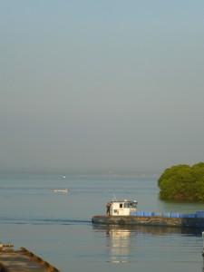 Dunst liegt über der Bucht von Cartagena. Fast geräuschlos und der Umgebung angepasst schieben sich die ersten Berufsschiffe übers spiegelglatte Wasser