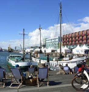 Ruheplätze am Schaufenster Fischereihaven mit Blick auf Wasser, Boote und blauen Himmel