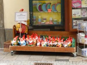Hinter den Bergen, wo die 7+ Zwergerln ..... Angebot eines Haushaltswarengeschäftes in der Innenstadt von Graz
